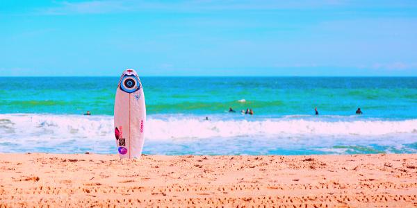 Surfbrett am Strand - Wellen des Lebens MUTig reiten